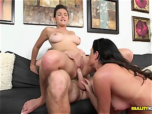 India Summers gets her mitts on horny couple