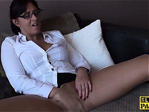 Spex mature tart finger-tickling her pussy