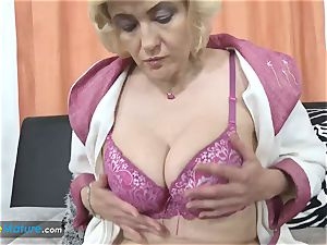 EuropeMaturE aged blondie woman jerking her beaver