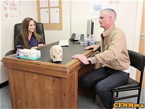 femdom Cayenne Klien makes patient jism
