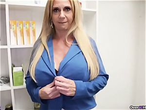 milf Offers Her Helping mitt With jizm filled pouch