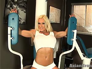 sumptuous fitness ash-blonde works out and demonstrates her crotch