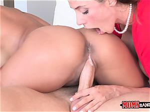 Ariella Ferrera gets a dose of Chloe Amours fellow